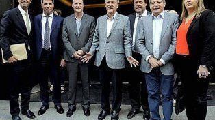 Los gobernadores buscan el traspaso de AySA y las eléctricas a Buenos Aires y Capital Federal