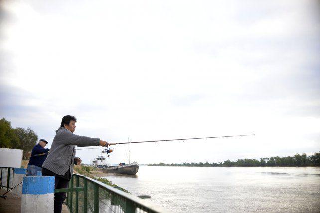 La mujer tira la caña en el Club de Pescadores.