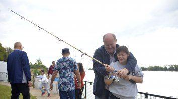 Los chicos disfrutaron y aprendieron a pescar.