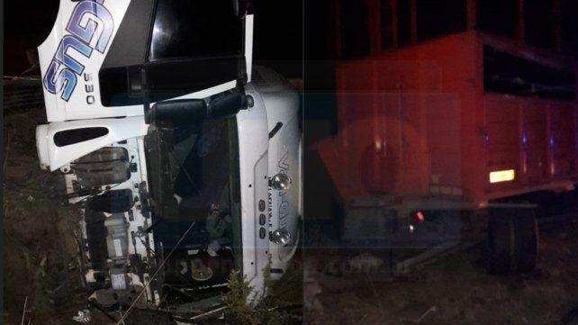 Ruta 18: Camión despistó y volcó el chasis