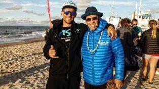 El paranaense Pancho Giusti junto con Fernando Aguerre el presidente de la Asociación Internacional de Surf (ISA) una tarde junto al mar.