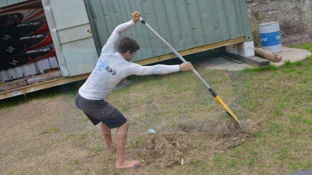 Pancho armó una técnica para entrenar y limpiar la playa.