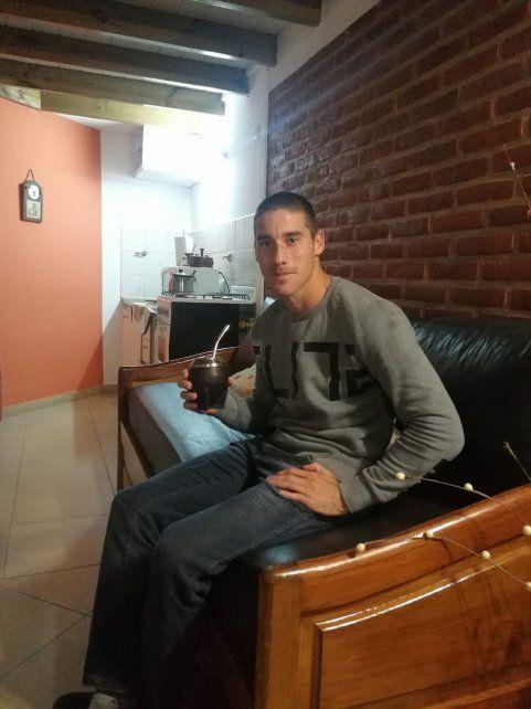 En la intimidad. Morales en el hall del hotel donde se hospeda en los primeros días durante su estadía en Tandil.