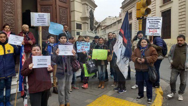 Usuarios protestaron frente a la comuna en rechazo del nuevo recorrido del transporte público