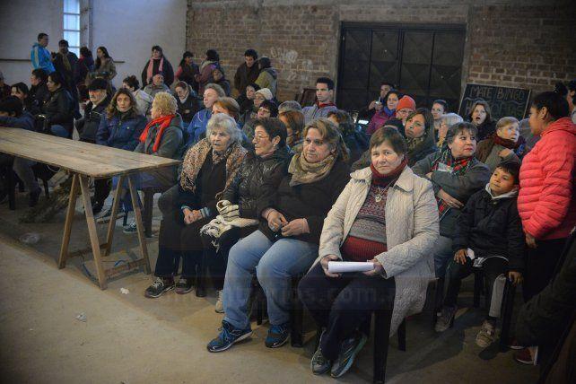 Los afectados son miles pero los asistentes se pueden contar en la foto.