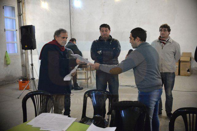 Vecinalistas entregan el petitorio al Defensor del Pueblo.