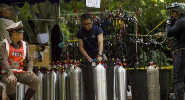 Murió uno de los rescatistas de los chicos atrapados en una cueva en Tailandia