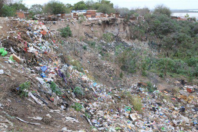 Lamentable. Barrio Antártida Argentina de Paraná tapado en basuraLa Municipalidad de Paraná tiene que empezar a sacar a su gente a la calle. No puede ser que en el barrio Antártida Argentina el vecino tenga que convivir con la basura. En muchas esquinas se acumulan las bolsas con mugre