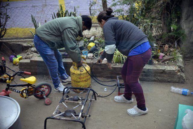 <b>Detalles. </b>Sonia y Miguel chequean que todo funcione correctamente