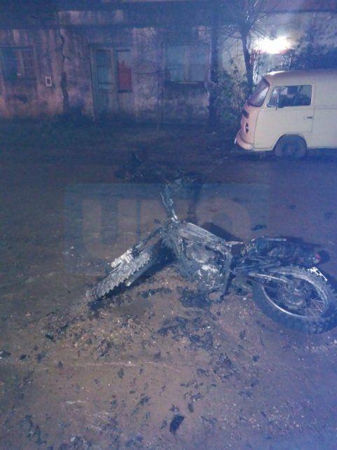 Destruida. La moto que chocó se habría incendiado por una pérdida de nafta.