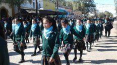crece la polemica por desfile de alumnos con el panuelo celeste de las dos vidas y paso militar