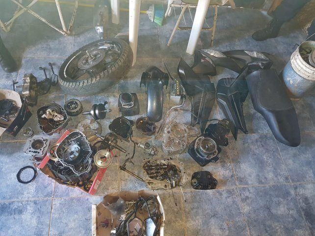 Se quedaba con las motos y luego ofrecía los repuestos por facebook
