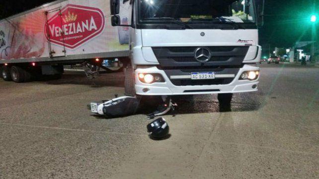 Se salvó de milagro: Motociclista terminó debajo de un camión