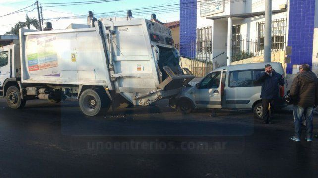 Paraná: Conductor ebrio chocó contra un camión recolector de residuos
