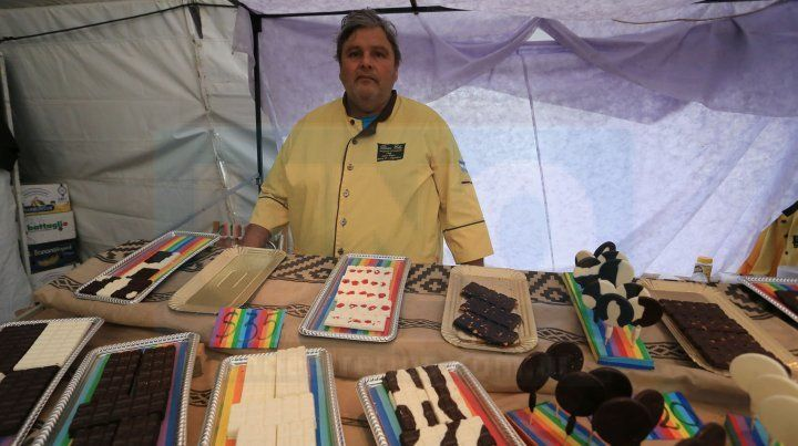 Feria de invierno. Omar llegó desde Santo Tomé para ofrecer chocolates