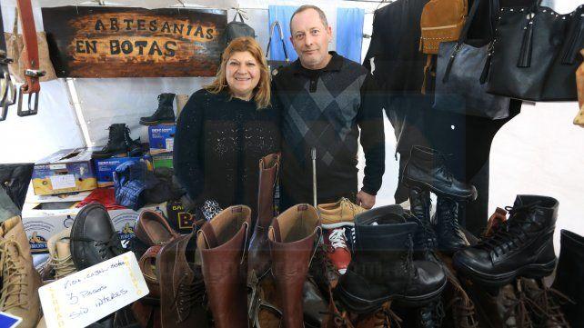 <b>Feria de invierno.</b> Beti y Álvaro vinieron desde Buenos Aires para ofrecer calzados de cuero