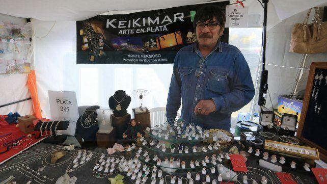 Feria de invierno. Hugo llegó desde Monte Hermoso para ofrecer sus trabajos con distintas piedras