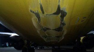VIDEO: Un avión de Flybondi chocó su cola en la pista durante un despegue y así quedó