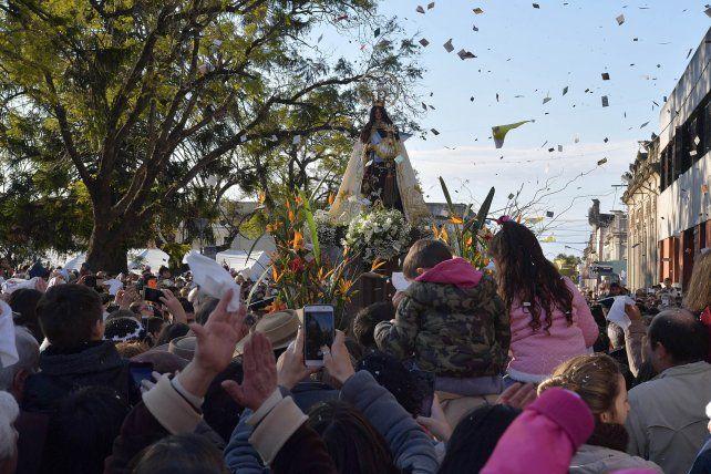 Devoción. La población de Nogoyá se volcó a las calles a homenajear a su patrona.