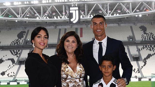 El delantero junto a su familia en el estadio de la Juventus