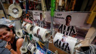 El flamante jugador de la Juventus en los puestos de venta callejeros del sur de Italia