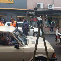 Así se llevan los autos mal estacionados en el microcentro de Paraná