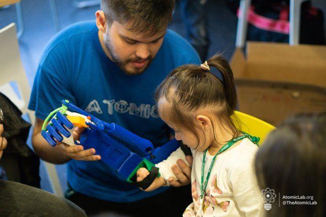 Entregan prótesis impresas en 3D a dos familias de Paraná