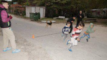 El profe Carussi entrenando a los gurisitos en el barrio de pescadores.
