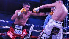 Superado. Verón aniquiló en el quinto asalto al entrerriano. Foto: Ramón Cairo.(Solo Boxeo)