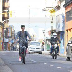 El ciclista, cuando llegó a la peatonal, advirtió que son necesarias las ciclovías.