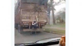 Un peligro: Un polizonte viajaba en el paragolpes de un camión