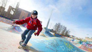 Patinando en un skatepark con su longboard.