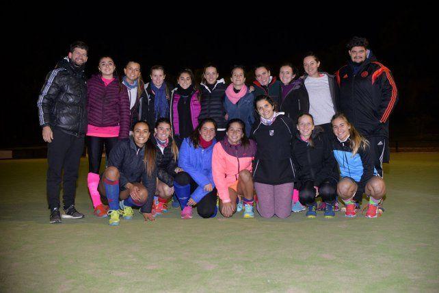 Las locales. Las chicas del club Estudiantes en un alto de los entrenamientos posaron para la foto en Diario UNO.