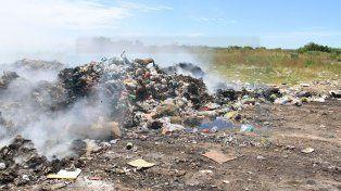 Asediados. Los habitantes del barrio Los Zorzales están expuestos a la quema de desechos y los olores nauseabundos.