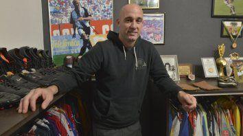 En la intimidad. El flamante jugador de Atlético Paraná en su pequeño museo. Ahora se agrega una nueva pilcha para su colección personal.