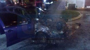 Por un desperfecto mecánico, un automóvil se prendió fuego en plena marcha