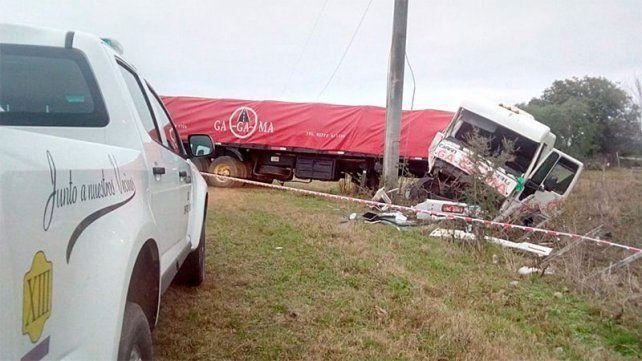 Camión despistó, chocó un poste y terminó destrozado
