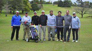 Personalidades de las dos instituciones en la cancha de golf del CAE.