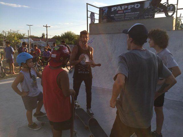 Rodo Pusula con los skaters en el flamante skatepark de Diamante.
