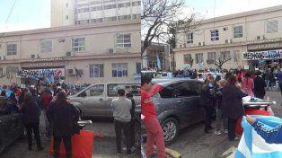 Dos fotos de la concentración frente al hospital San Roque.