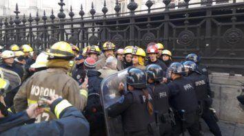 reprimieron a los bomberos voluntarios que protestaban frente al congreso de la nacion