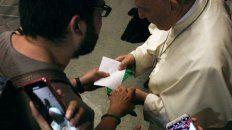 que dice la carta que un joven argentino entrego al papa junto con un panuelo verde