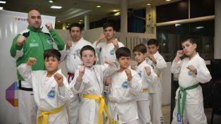 Están listos. Los alumnos estuvieron en la instalaciones de Diario UNO de Entre Ríos y posaron para la foto esperando ver acción en el torneo nacional.