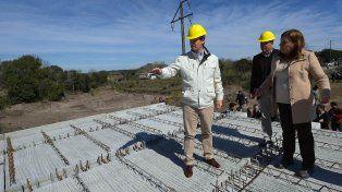 Estratégico. Bordet recorrió la construcción del nuevo puente que unirá Hernandarias con Piedras Blancas.