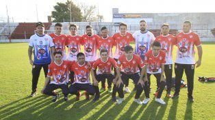 En casa. Los planteles de Atlético Paraná A y B en el estadio Pedro Mutio con la flamante indumentaria deportiva.