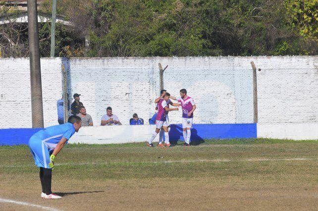 Los jugadores de Sportivo Urquiza celebran una de sus conquistas.