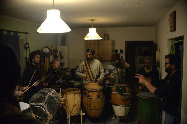 Atilio Notargiacomo dirigiendo a la selección de percusionistas.