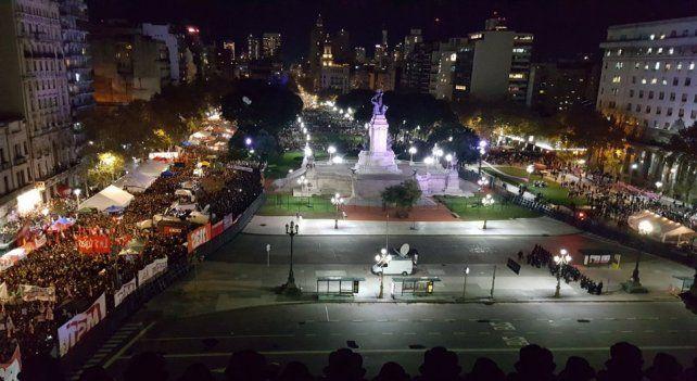 Plaza dividida. Pañuelos verdes y celestes durante el debate histórico.