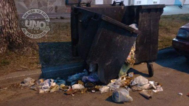 Chocaron el contendedor, lo destrozaron y ahora se desparrama la basura
