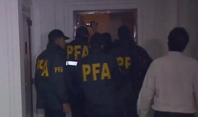 Operativo. Integrantes de la Policía ingresaron a la propiedad supuestamente buscando dinero.